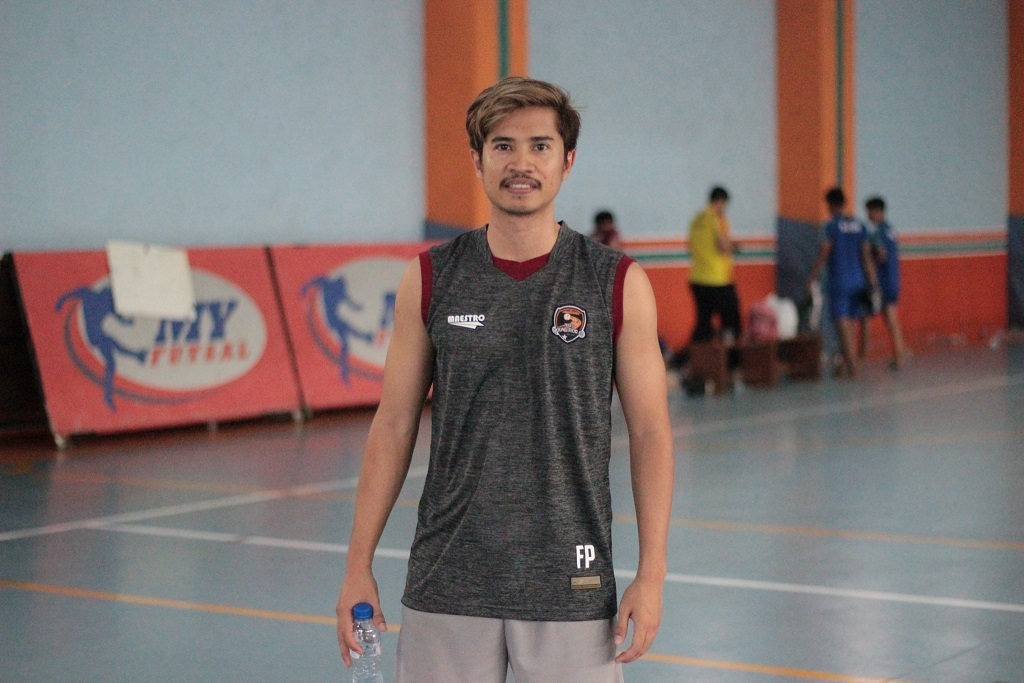 Fhandi Permana dengan Jersey Latihan Young RIor